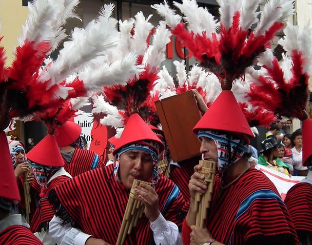 personas con trajes coloridos durante el corso nacional en Lima.