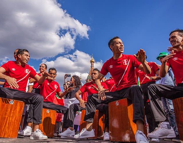 grupo de jóvenes peruanos tocando  cajones