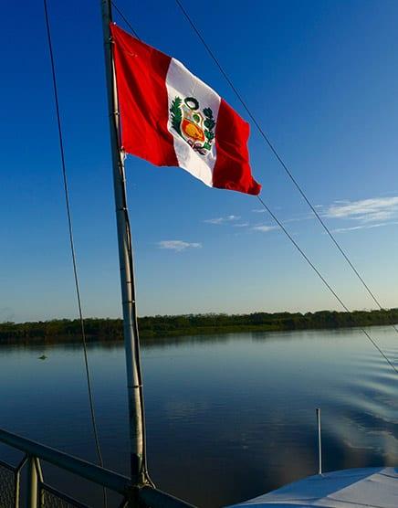 bandera flameante, en río Amazonas en Perú