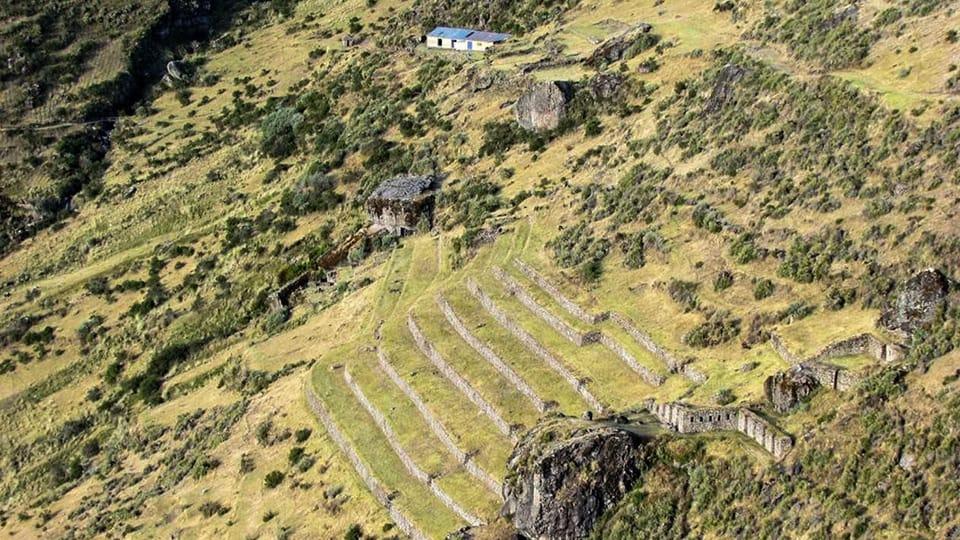 Waqrapukara é composto por dois grupos de edifícios.